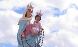 Santa María, Madre nuestra que en cada misterio del Santo Rosario nos brindas al Salvador. Acudimos a ti necesitados. Nos alegramos que desde la cruz el señor te haya encomendado la misión…