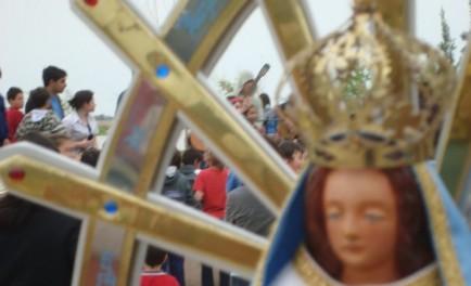 María, enseñanos a recorrer tus caminos. Madre de la prontitud, Madre incansable del anuncio, Madre de la ternura y de la firmeza, luchadora de cada tramo de la vida, defensora y auxiliadora,…
