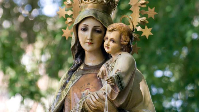 El 16 de julio la Iglesia celebra a Nuestra Señora del Carmen, apelativo que vienedel Monte Carmelo. Allí una pequeña comunidad cristiana experimentó la presencia de la Virgen María. Según la tradición carmelita, la Virgen entregó el escapulario carmelita en una visión a San Simón Stock en el año 1251.  El escapulario de Nuestra Señora del Carmen El escapulario…