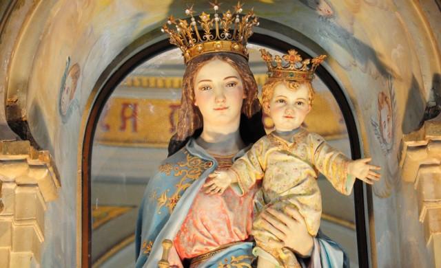 """Cada 24 de mayo celebramos a María en su advocación Auxiliadora de los cristianos. El primero que llamó a la Virgen María con el título de """"Auxiliadora"""" fue San Juan Crisóstomo, en Constantinopla en al año 345, el dice: """" Tú, María, eres auxilio potentísimo de Dios"""". San Sabas en el año 532 narra que en oriente había una imagen…"""