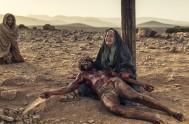 Se encontraba la Madre dolorosa junto a la cruz, llorando, en que el Hijo moría, suspendido. Con el alma dolida y suspirando, sumida…
