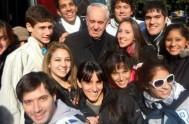 """08/10/2015 – Cuando el Papa Francisco era monseñor Jorge Bergoglio, participó en Radio María en el programa """"Voluntariando"""", animado por voluntarios de Manos…"""