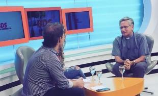 05/12/2016 - En la semana en que se cumplen los 20 años de Radio María Argentina, el P. Javier Soteras visitó los estudios de Radio Universidad, y en duplex con Radio María,…