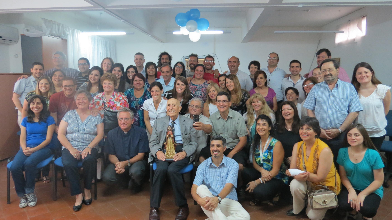Foto nº 6 - Emanuele Ferrario junto al Padre Javier Soteras y voluntarios de Radio María.