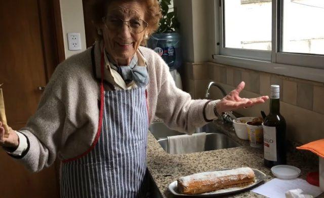Gigina es oyente de la Radio y envió un video con su receta de un arrollado de dulce de leche. Codiciado por su familia, Gigina explicó el paso a paso de su pionono. Con esta dulzura de María saldrá al encuentro de sus familiares y amigas para la Mariathón. https://youtu.be/iZafzI44LTs   Ingredientes - 1 pionono dulce - dulce de…