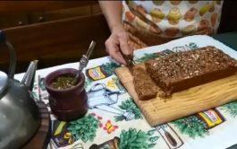 """Desde """"el fin del mundo"""", Carola y Nilda, se están preparando para la Mariathón ensayando una torta de semillas. Saludable…"""