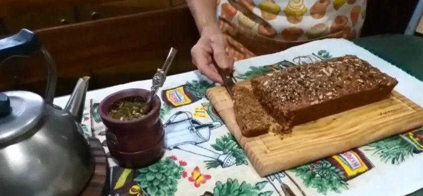 """Desde """"el fin del mundo"""", Carola y Nilda, se están preparando para la Mariathón ensayando una torta de semillas. Saludable y sencilla, desde Ushuaia, nos comparten su receta. https://youtu.be/JeiY251Qwis  Ingredientes - 1 taza de Avena extrafina o fina mixeada - 1/2 taza de harina leudante - 3/4 taza de azúcar mascabo - 1 cucharadita de canela/jengibre en polvo -…"""