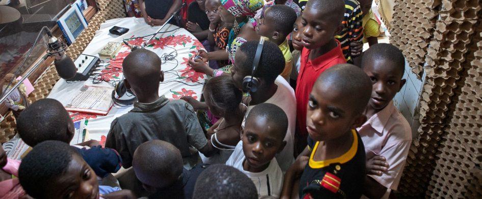 """12/05/2021 - """"En África, Radio Maria juega un rol muy importante en la educación y formación de las personas. La mayoría de los oyentes de la radio son personas con poca educación y muy humildes. En la pandemia uno de los aportes más importantes fue y es en la formación y aprendizaje de cuidados y prevención"""", nos comentó Paolo Paolo…"""