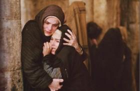 15/09/2014 - Junto a la cruz de Jesús, estaba su madre y la hermana de su madre, María, mujer de Cleofás, y María Magdalena. Al ver a la madre y cerca de…