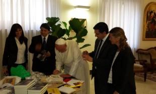 Los periodistas cordobeses Javier Cámara y Sebastián Pfaffen pudieron presentarle al Papa Francisco el libro de su…