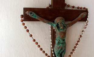 ¡Atención! Se ha perdido una cruz y no se da con ella, es la de mi Cristo…