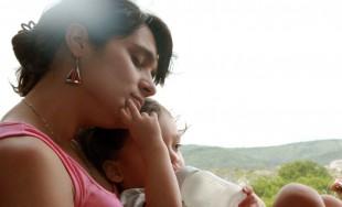 Al entrar en la casa, encontraron al niño con María, su madre, y postrándose, le rindieron homenaje.…