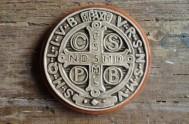 En muchas casas aparece la cruz de San Benito arriba de la puerta de ingreso del lado interior. Mujeres de todo el mundo…