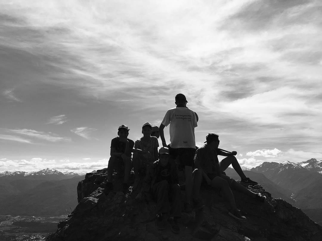 jovenes en la cima