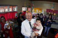 Abel Albino con niños y madres en su consultorio. Foto gentileza Gazeta Jujuy.  26/7/2018 - Ayer habló en el Senado de la…