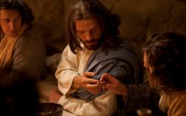 """Catequesis en un minuto Jesús, estando en la mesa con sus discípulos, se estremeció y manifestó claramente: """"Les aseguro…"""