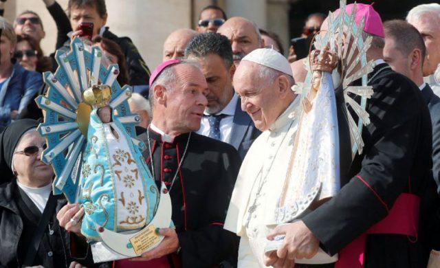 El Papa Francisco bendice la imagen de la Virgen de Luján
