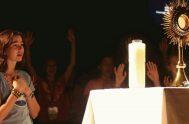 27/11/19- A menudo, cuando los católicos pensamos en la adoración, imaginamos arrodillarnos ante el altar en la iglesia y adorar a Dios presente…