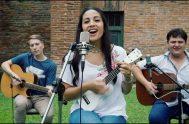 """18/12/2019 – Verónica Sanfilippo está presentando su nuevo sencillo titulado """"Sólo quiero darte gracias"""". En diálogo con Radio María Argentina contó su historia…"""