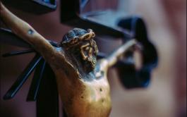 """27/03/2020 – Hoy contemplamos a Jesús en la cruz, estamos al pie de la misma, junto a María. """"Como el…"""