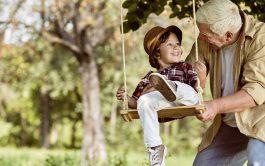 15/06/2020 – El abuelo, con noventa y tantos años, sentado débilmente en la banca del patio. No…