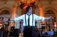 """08/08/2020 – Esta vez, el cantante todoterreno Javier Calamaro fue el invitado del programa """"Bajar un cambio"""". Antes de comenzar la entrevista, el…"""