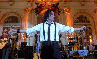 """08/08/2020 – Esta vez, el cantante todoterreno Javier Calamaro fue el invitado del programa """"Bajar un cambio"""".…"""