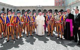 13/10/2020 –La oficina de prensa de la Santa Sede informó que actualmente hay cuatro Guardias Suizos positivos de COVID-19 que…