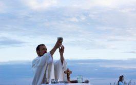 24/02/2021 – Se lo conoce como el cura surfero. El padre Santiago Arriola es párroco en la comunidad Padre Pío…