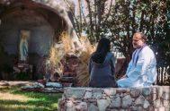 """01/03/2021 – En el ciclo """"Ya no te llamarán abandonada"""", el padre Matías Jurado Traverso, sacerdote porteño, junto al presbítero bonaerense Bernardo Ruiz…"""