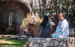 """01/03/2021 – En el ciclo """"Ya no te llamarán abandonada"""", el padre Matías Jurado Traverso, sacerdote porteño, junto al presbítero…"""