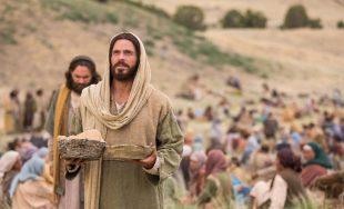 16/04/2021 –Hoy contemplamos el Evangelio de Juan 6, 1-15, Jesús multiplica el pan y nos detenemos para…