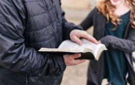 10/05/2021 –En Juan Juan 15,26-27.16,1-4a. Jesús nos Cuando venga el Paráclito que yo les enviaré desde el Padre, el Espíritu…