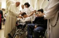04/10/2013 - Francisco mantuvo un encuentro con niños minusválidos y enfermos en la ciudad de Asís, donde vivió el santo inspirador de su…