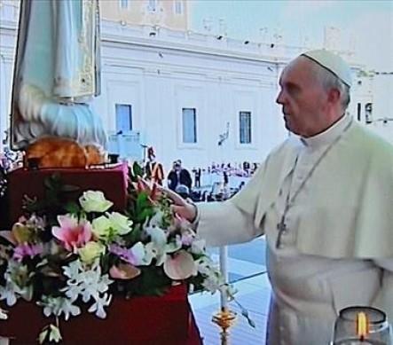 El Santo Padre frente a la imagen de María.