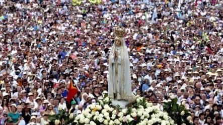 La imagen de nuestra Señora que sobresale de toda la multitud.