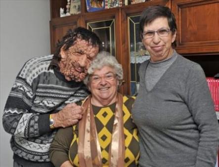 Vinicio junto a su tía y su hermana.