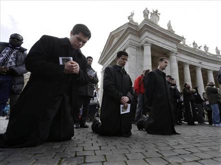 En la exhortación, el Papa pide que la Iglesia se descentre y salga al encuentro del pueblo.