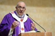 """13/12/2013 - El Papa Francisco afirmó, en la misa matutina, que """"los cristianos alérgicos a los predicadores tienen siempre algo que criticar, pero…"""
