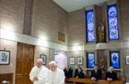"""24/12/2013 - El Papa Francisco visitó a su predecesor, Benedicto XVI en la residencia """"Mater Ecclesiae"""". Por otra parte, el periódico """"L'Osservatore Romano""""…"""