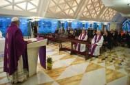 27/12/2013 - A partir de enero, los fieles de Roma podrán visitar a Francisco en las misas que este celebra en la Casa…