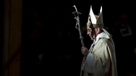 Francisco destacó la oposición que existe entre el Niño Dios, que es luz, y la oscuridad del Maligno.