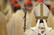 06/01/2014 - Al finalizar la misa celebrada en la basílica vaticana, el Papa Francisco rezó la oración del ángelus desde la ventana de…