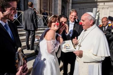 El año pasado, Francisco sorprendió cuando saludó a unos novios italianos y se puso una nariz de payaso.