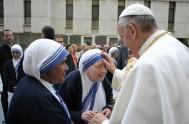 """21/01/2014 - El Papa afirmó, en la homilía de Santa Marta, que """"protegemos nuestra pequeñez para dialogar con la grandeza del Señor"""". Por…"""
