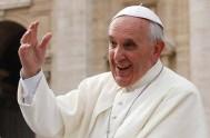 26/01/2014 - Así lo afirmó Francisco en la oración del Ángelus. Dos niños de Acción Católica, junto al Papa, lanzan dos palomas símbolo…