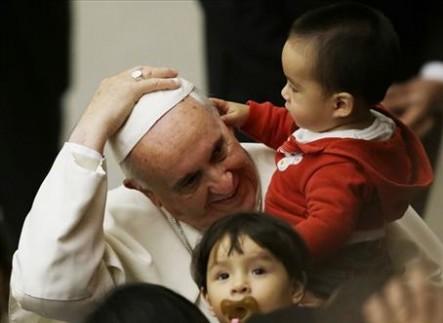 Francisco siempre ha mostrado un especial cariño por los más pequeños.