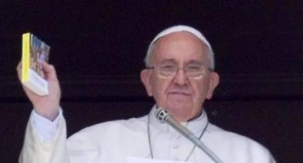 Francisco presentó estos evangelios de bolsillo a principios de mes.