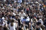 """24/04/2014 - """"Hay cristianos que tienen miedo de la alegría de la Resurrección que Jesús nos quiere donar y su vida parece un…"""
