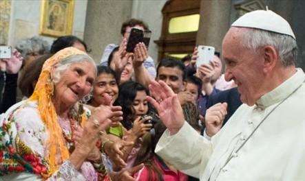 El Papa Francisco en un encuentro con la comunidad gitana.